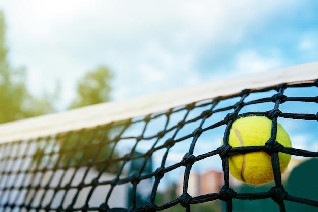 Foto del primo piano di pallina da tennis che colpisce alla rete. concetto di sport Foto Gratuite