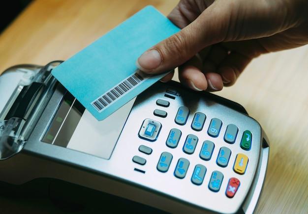 Foto della donna della mano che paga con la carta di credito con paypass Foto Premium