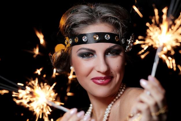 Foto delle mani della donna di fascino dei fuochi d'artificio Foto Gratuite