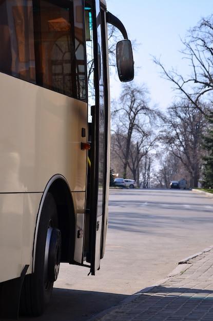 Foto dello scafo di un grande e lungo autobus giallo. vista frontale del primo piano di un veicolo passeggeri per il trasporto e il turismo Foto Premium