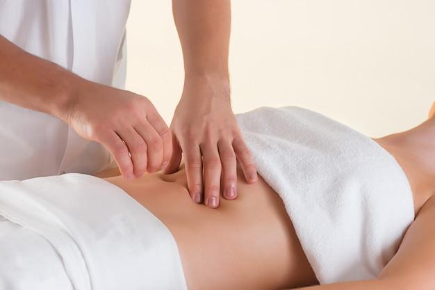 Foto di bella donna nel salone di massaggio Foto Gratuite