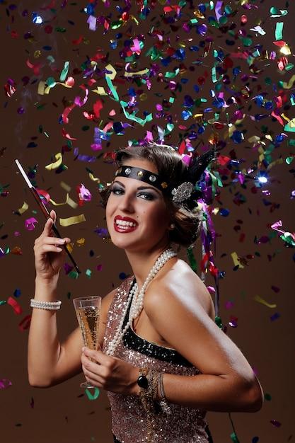 Foto di donna felice festa con sfondo confetta Foto Gratuite