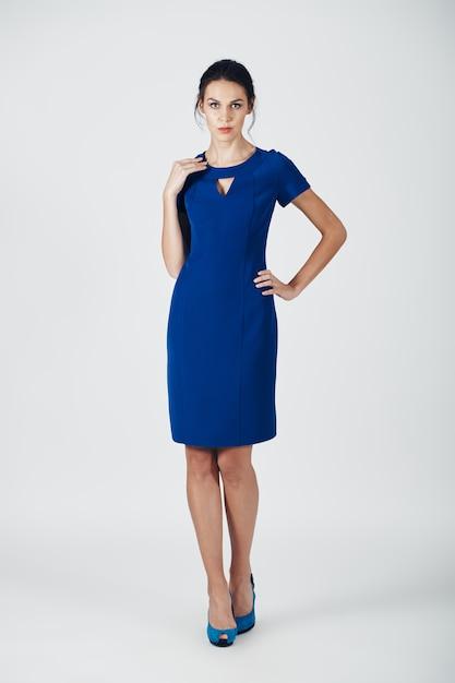 Foto di moda di giovane donna magnifica in un abito blu Foto Gratuite