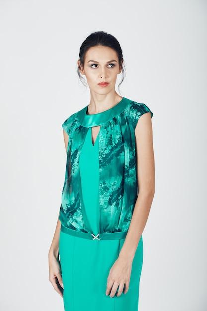 Foto di moda di giovane donna magnifica in un abito turchese Foto Gratuite