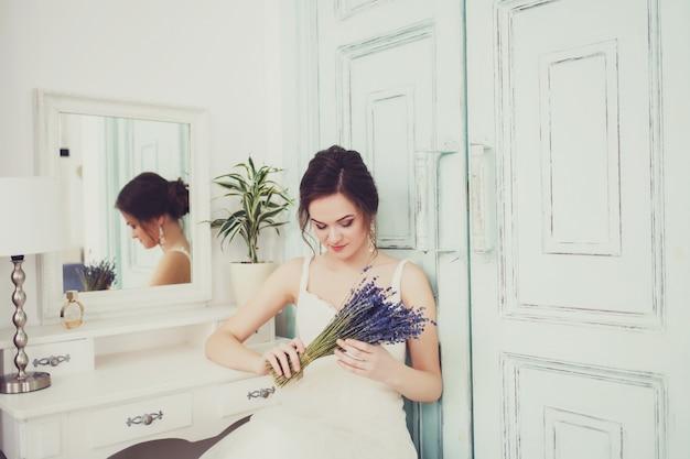 Foto di moda di una bella sposa con fiori Foto Premium