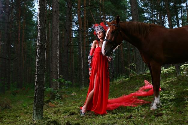 Foto di ragazza glamour con cavallo Foto Gratuite