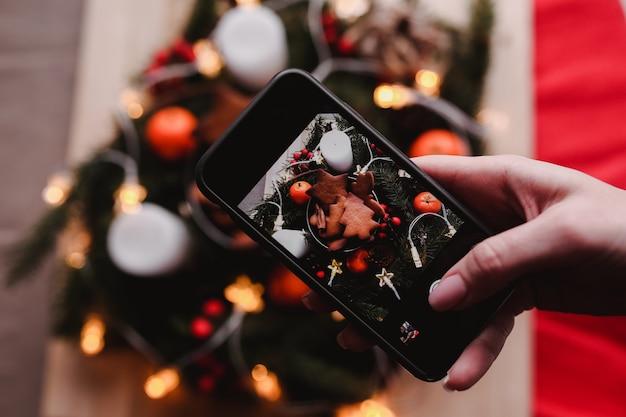 Foto mobile della corona di capodanno con biscotti di panpepato per la festa di natale. Foto Premium
