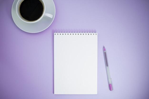 Foto piatta e creativa della scrivania dell'area di lavoro Foto Premium
