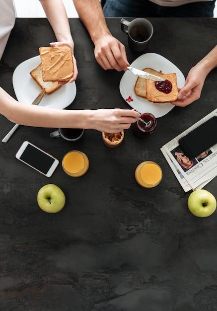 Foto potata della famiglia che mangia prima colazione di mattina Foto Gratuite