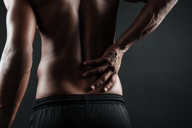 Foto potata di giovane uomo afroamericano con dolore alla schiena Foto Gratuite