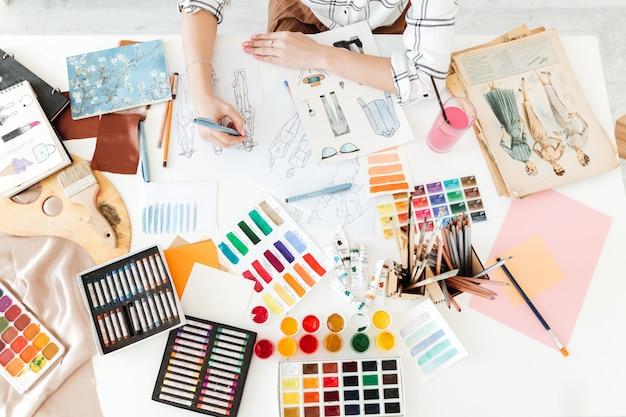 Foto potata di vista superiore dell'illustratore di modo della giovane donna Foto Gratuite