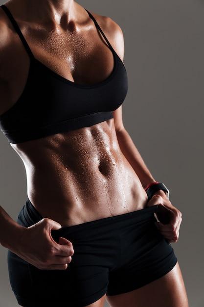 Foto ritagliata del fantastico corpo di giovane donna sportiva Foto Gratuite