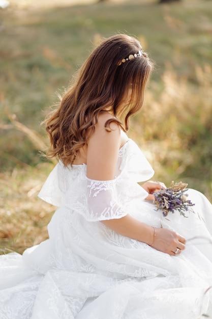 Foto romantica nella foresta delle fate. bella donna Foto Gratuite