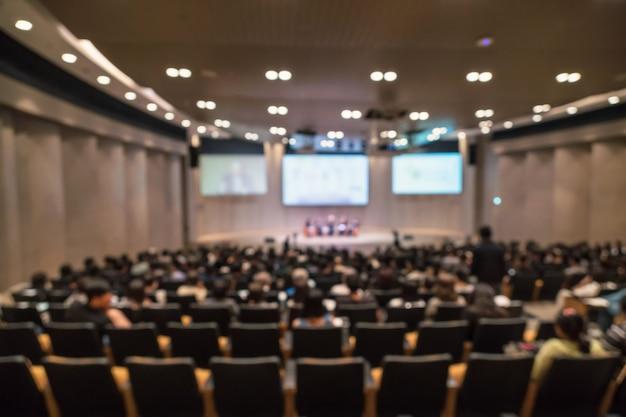 Foto sfocata astratta della sala conferenze o sala seminari con altoparlanti sul palco Foto Premium