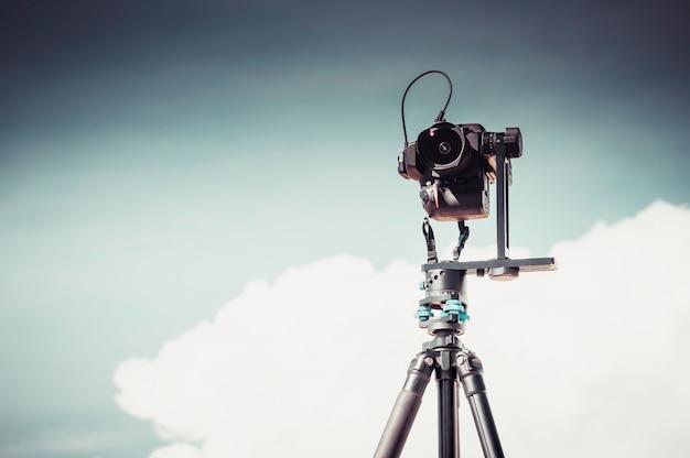 Fotocamera dslr su un treppiede con testa panoramica Foto Premium