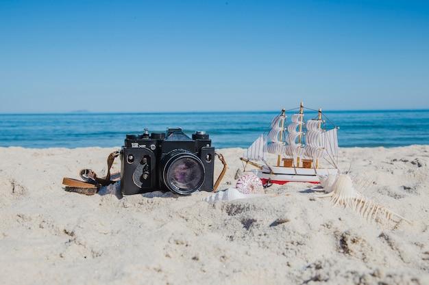 Fotocamera e miniatura di nave Foto Gratuite
