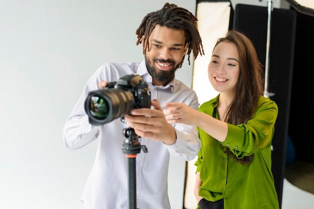 Fotografi di smiley di medio livello Foto Gratuite