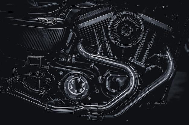 Fotografia di arte dei tubi di scarico del motore del motore del motociclo nel tono d'annata in bianco e nero Foto Premium