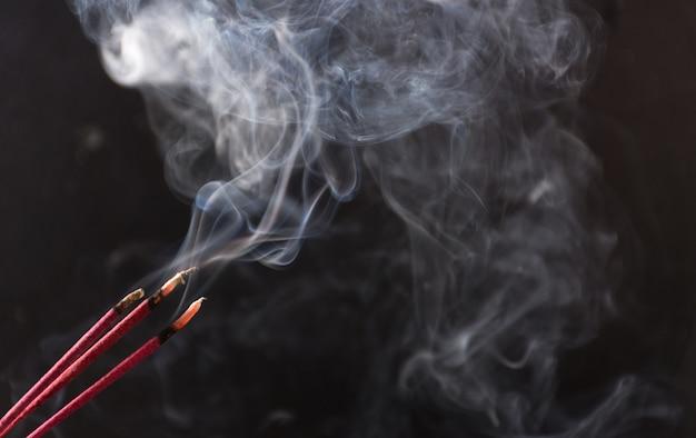 Fotografia di fumo causato da vari incensi Foto Premium
