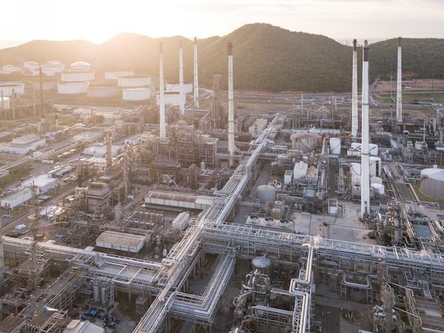 Fotografie aeree di raffinerie di petrolio, serbatoio di gas, serbatoio di petrolio. Foto Premium