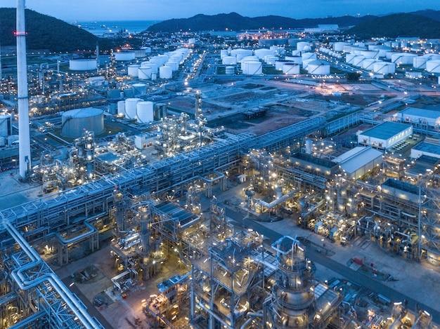 Fotografie aeree di raffinerie di petrolio Foto Premium