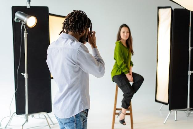 Fotografo che scatta foto professionali Foto Gratuite