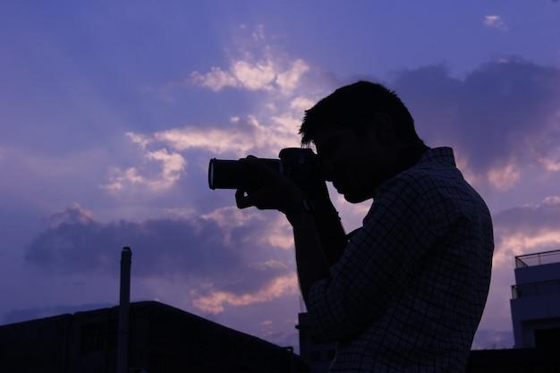 Fotografo con fotocamera Foto Premium