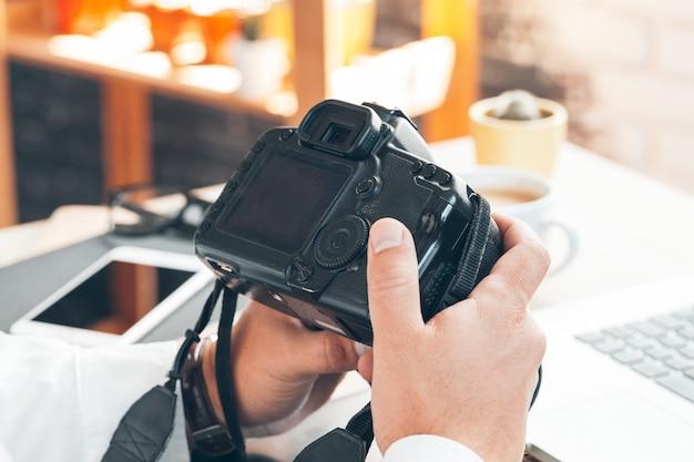 Fotografo del giovane che lavora ad un computer. Foto Premium