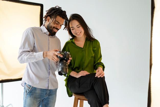 Fotografo di medio livello con fotocamera Foto Gratuite