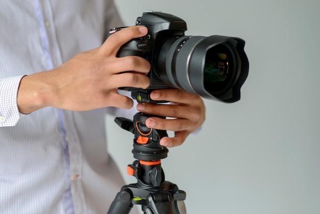 Fotografo di primo piano con la macchina fotografica Foto Gratuite