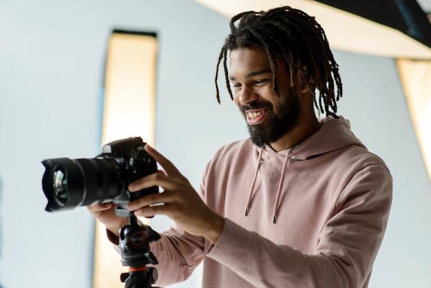 Fotografo di smiley che lavora Foto Gratuite