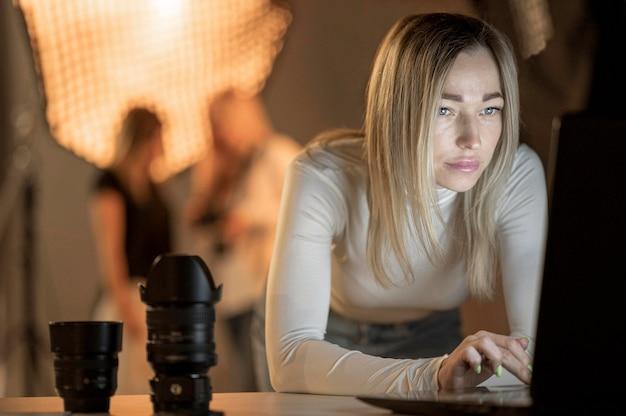 Fotografo femminile e modelli sfocati Foto Gratuite