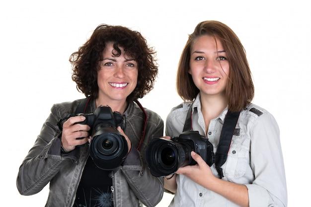 Fotografo femminile sorridente con due macchine fotografiche professionali isolate Foto Premium