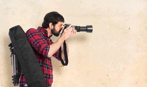 Fotografo prendendo una foto Foto Gratuite