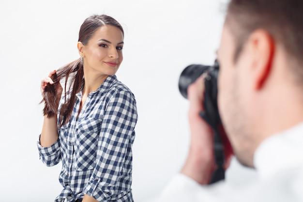 Fotografo professionista e modello attraente Foto Premium