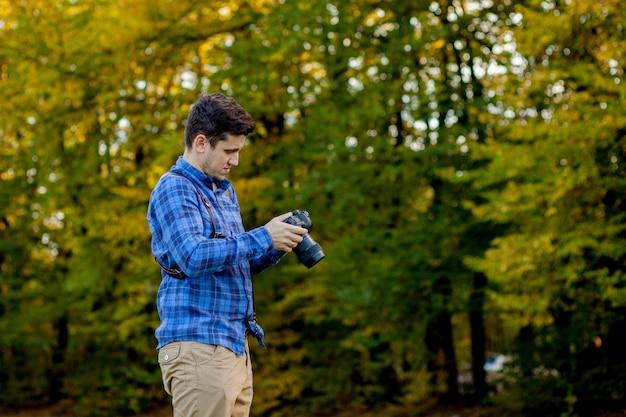 Fotografo professionista in azione con due fotocamere su spallacci Foto Premium
