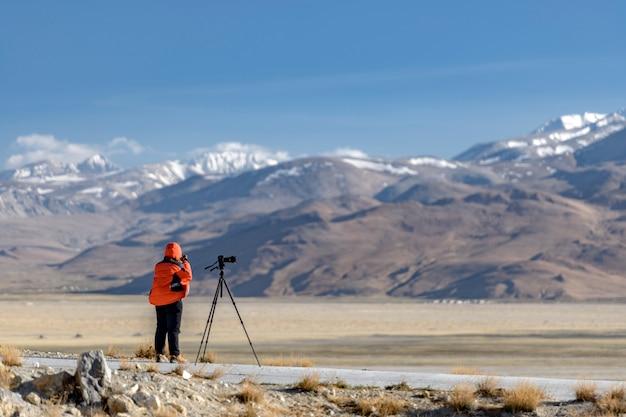 Fotografo sulle rive del lago sacro nam-tso Foto Premium