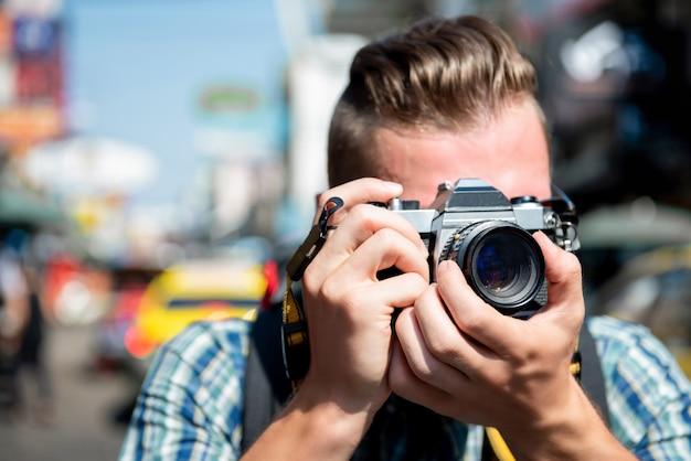 Fotografo turistico che prende foto in strada khao san bangkok, tailandia Foto Premium