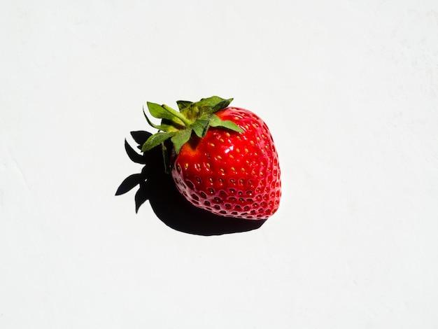 Fragola dolce fresca con ombra su fondo bianco Foto Gratuite
