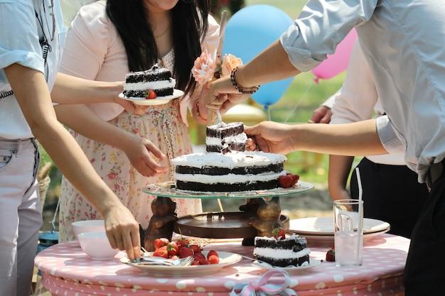 Fragola sulla torta di cioccolato all'aperto, torta nuziale Foto Premium
