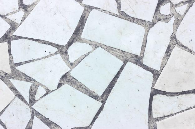 Frammenti di ceramica colorata e pavimento in cemento Foto Premium