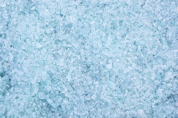 Frammenti di vetro blu. piccoli e taglienti frammenti di vetro rotto. i cullet per la creazione di nuovi vetri sono pronti per essere rifusi. molte particelle di vetro in frantumi. riciclaggio dei rifiuti. ecologia, spazzatura Foto Premium