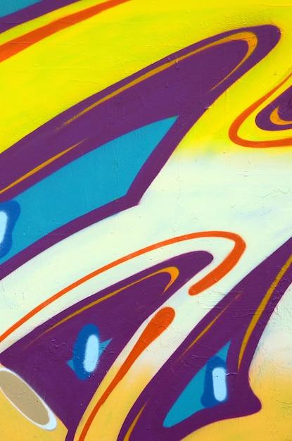 Frammento di disegni di graffiti. il vecchio muro decorato con macchie di vernice nello stile della cultura dell'arte di strada. trama di sfondo colorato Foto Premium