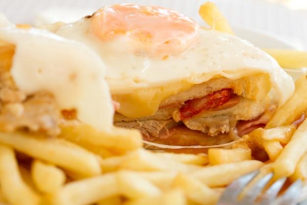 Francesinha portoghese tipico del piatto sul piatto bianco Foto Premium