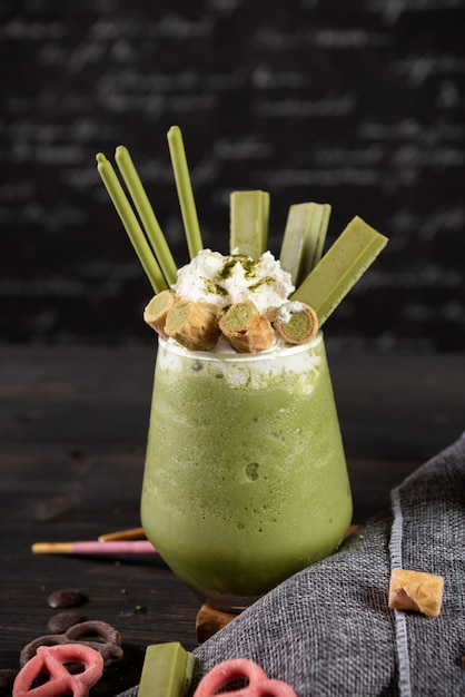 Frappè al tè verde con panna montata Foto Gratuite