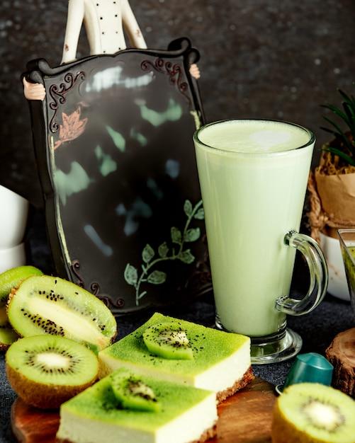 Frappè con torta di kiwi e kiwi a fette Foto Gratuite