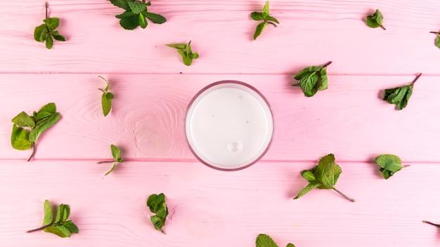 Frappè piatto laici su un tavolo di legno rosa Foto Gratuite