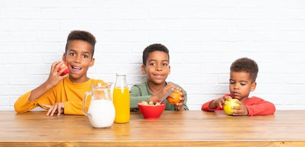 Fratelli afroamericani facendo colazione Foto Premium