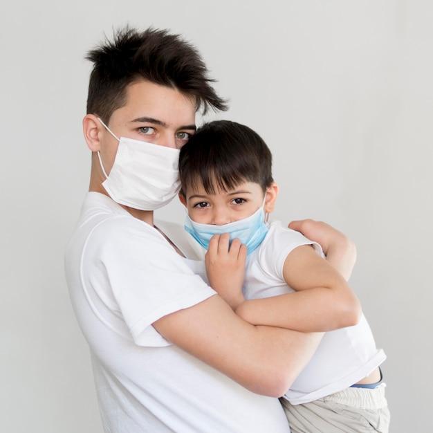 Fratelli con maschere Foto Gratuite