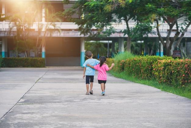 Fratelli e sorelle camminano mano nella mano Foto Premium